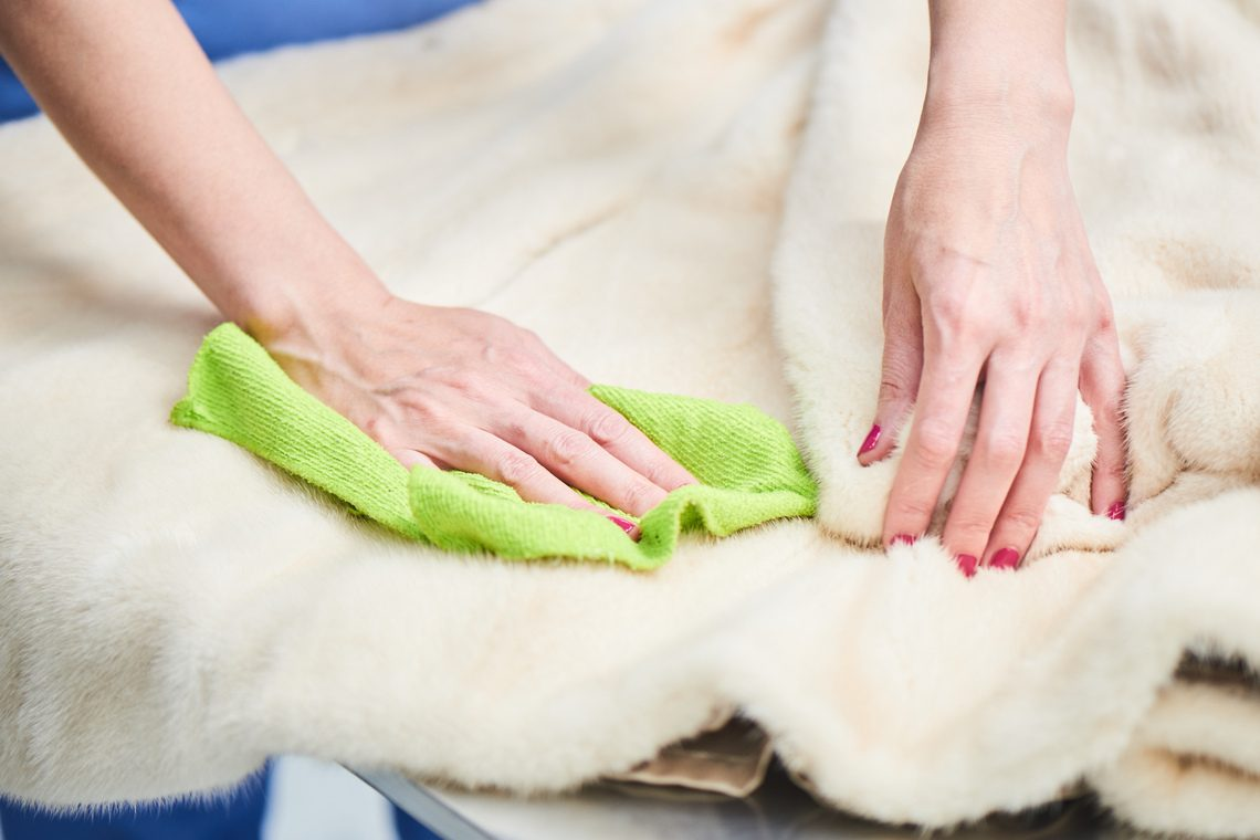 Clean the fur collar of a jacket or coat